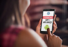 Kobieta z smartfonem w ręku przeglądająca darmowe aplikacje i gry na Androida